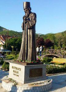 Bista Patrijarha Pavla krasi dvorište hrama Sv. Vaslikija Ostroškog Tvrdoškog u Leposaviću