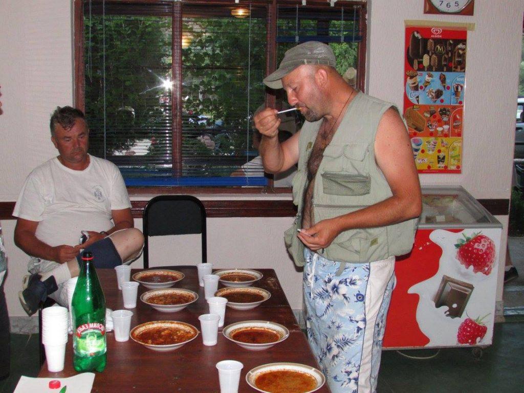 komisija koja ocenjuje ukus riblje corbe satavljena je i od kuvara koji su kuvali