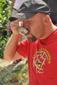 takmicenje u kavanju ribljih čorbi sa zapadne strane pllanine Kopaonik na potezu reke Ibar u omladinskom kampu Spust Bez Granica Leposavić -> Raška