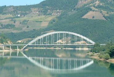 Ibarski Kolašin i most preko jezera Gazivode koje predstavlja akumulaciju reke Ibar u Zubinom Potoku