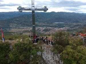 Podignut je časni Krst na Kamilji u opštini Leposavić povodom 800 godina postojanja Srpske Pravoslavne Crkve
